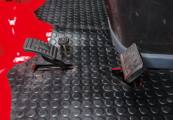 Enkel å bruke, én pedal for hver kjøreretning